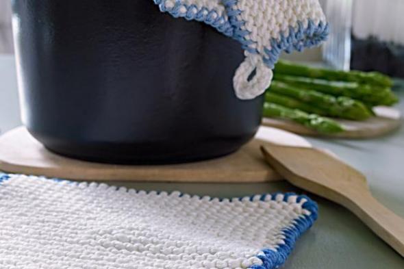 Schöne und dekorative Topflappen als Krausrippen. Mit unserer Anleitung können Sie diese Topflappen ganz einfach nachstricken. http://www.fuersie.de/stricken/kostenlose-strickanleitungen/artikel/anleitung-topflappen-als-krausrippen-stricken
