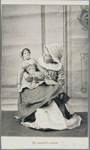 Zaanstreek. Kind met pop in Zaanse klederdracht bij de fotograaf. 1895-1920 Zaans Archief #NoordHolland #Zaanstreek