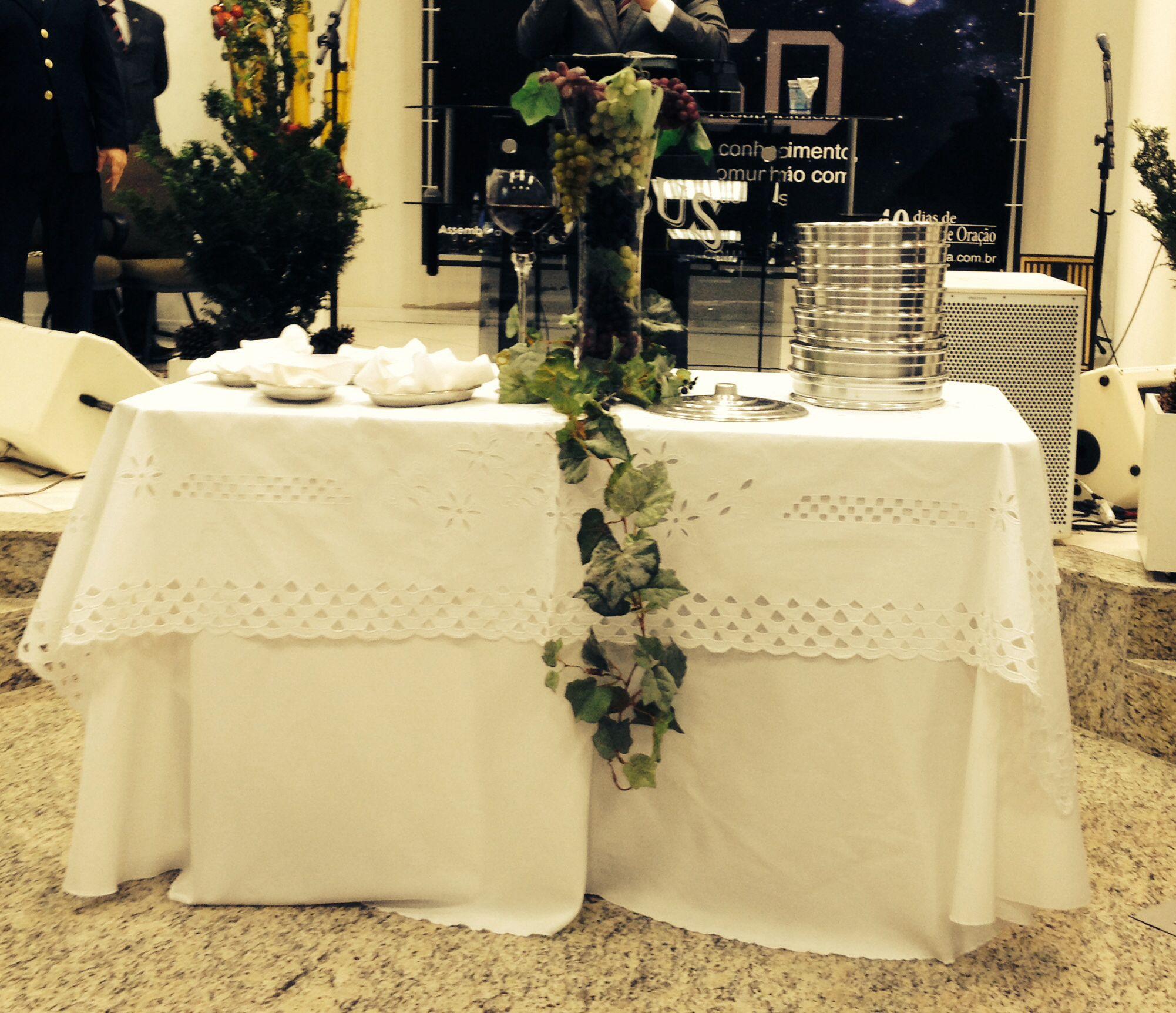 Uma mesa tradicional, como no tempo de minha sogra, que me disse: mesa de ceia tem que ser branca.