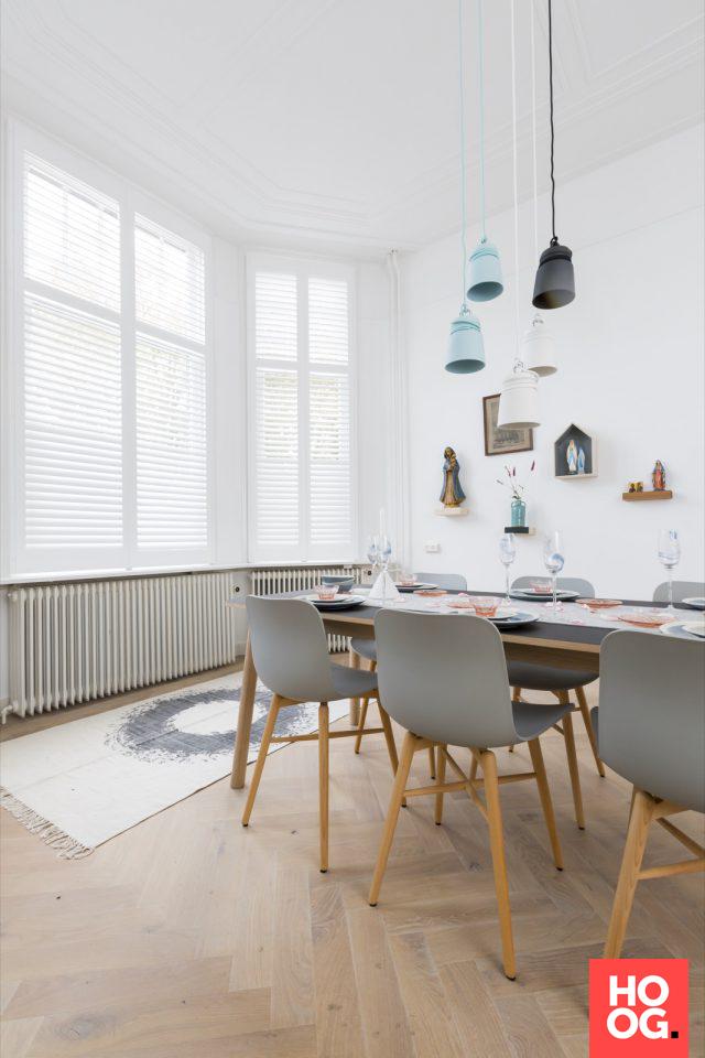 Werkkamer met houten tafel en design stoelen | eetkamer design ...