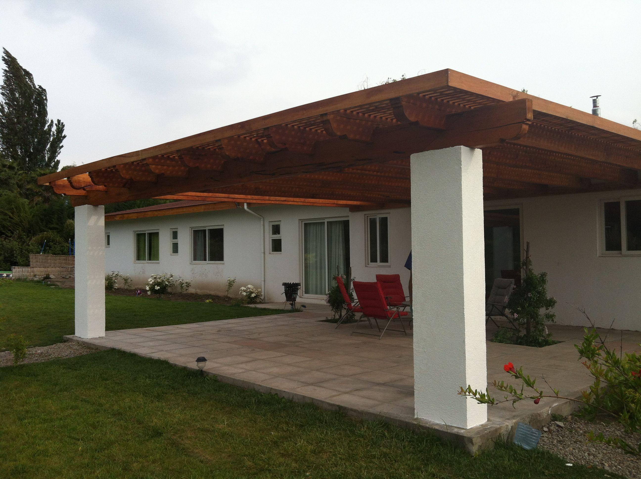 P rgola con pilares de h a estucados y vigas de roble for Casas con cobertizos