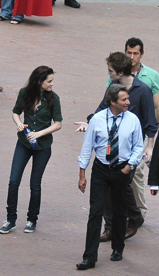 Rob Pattinson Kristen Stewart On The Set Filming New Moon In Italy Twilight Saga New Moon Kristen Stewart Twilight Twilight New Moon