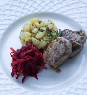 Rosmarinkrydret mørbrad med stegt kartoffel og rødbederåkost  fra Familie Journals Slankeklub