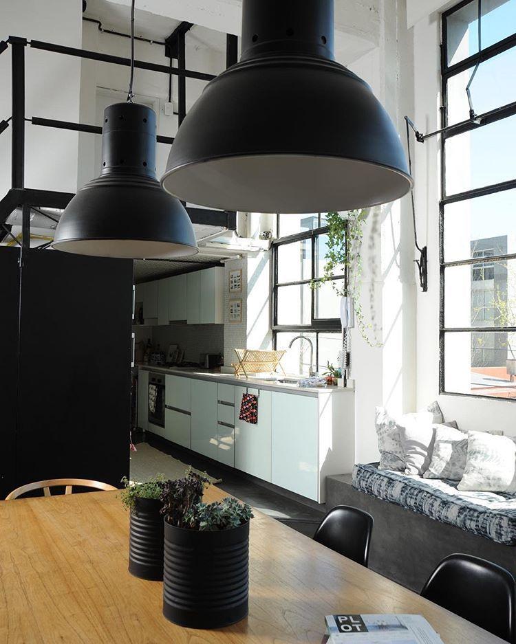 Lampara negra HIT.  Ph: @arielgutraich #deco #style #industrial #lampara #colgante #negro #blanco #galponeras #decor #iluminacion #ambientacion #styling #home #tiendabeirut