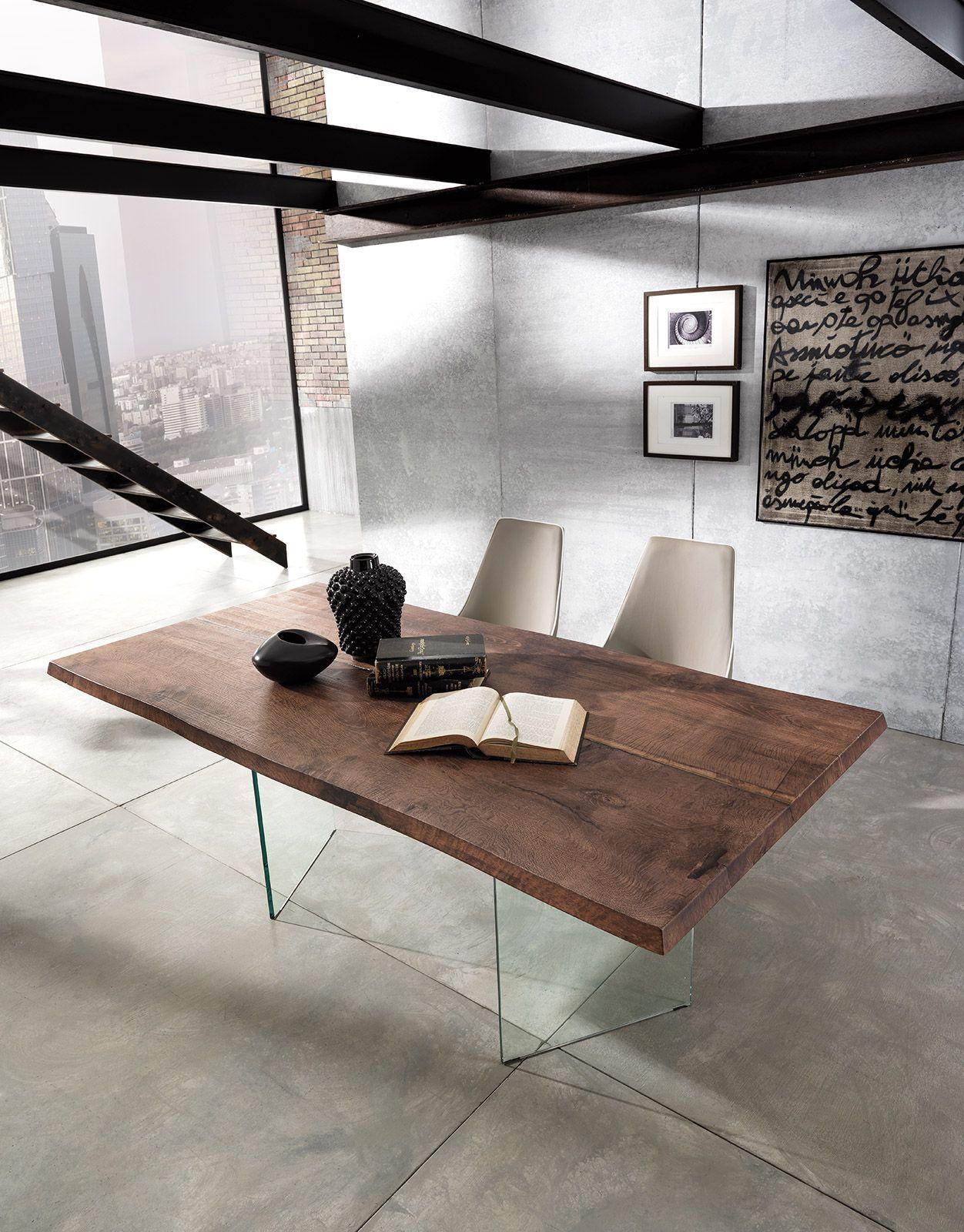 Tavolo di design in vetro e legno volutamente anticato
