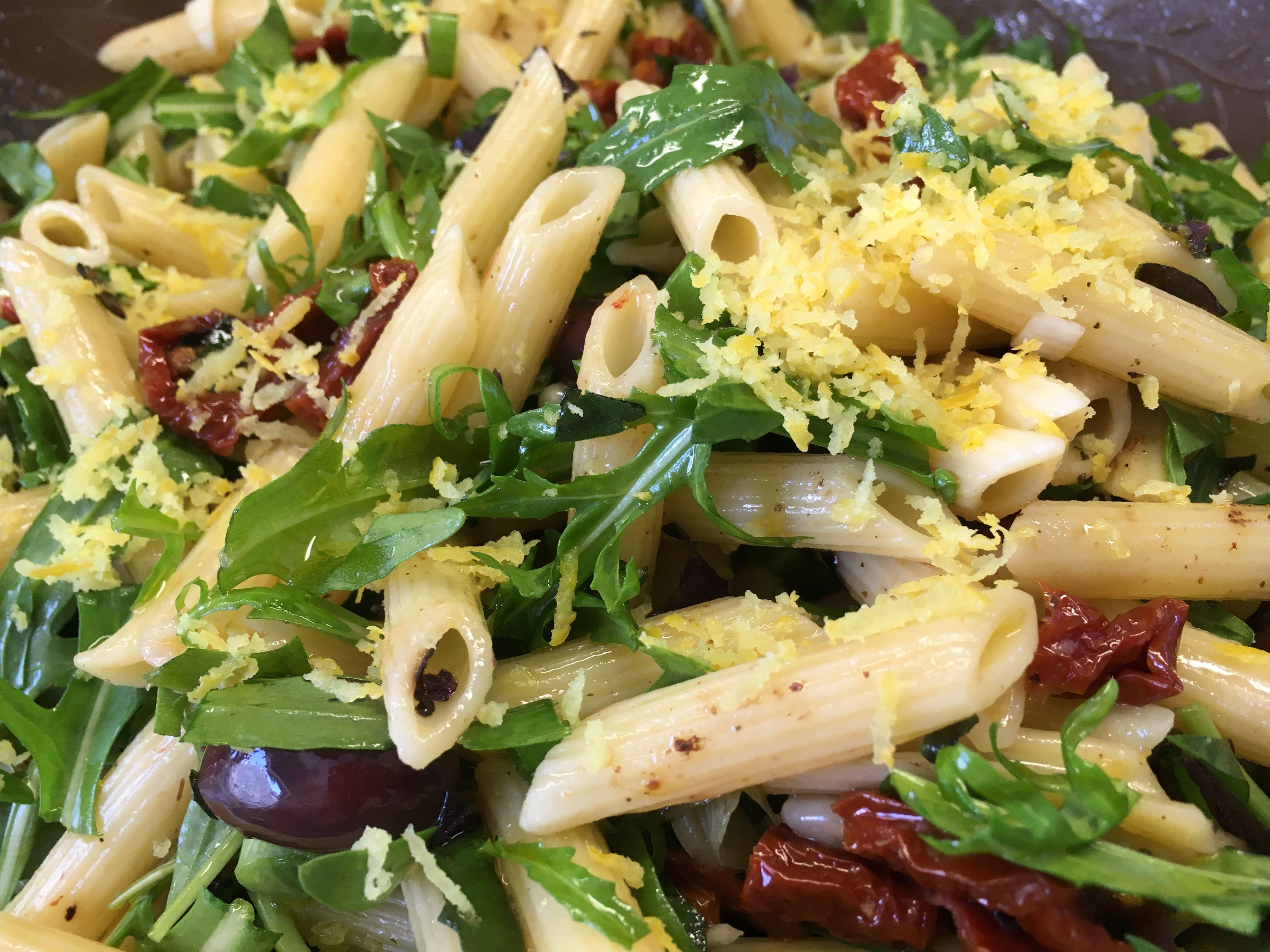 Italienische Sommerküche : Der italienische nudelsalat mit tomaten oliven rucola und