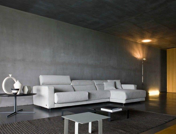 Graue Sichtbeton-Wand und Decke im minimalistischen Wohnzimmer