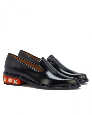 TOGA PULLA polierte Loafers mit verziertem Absatz in Schwarz