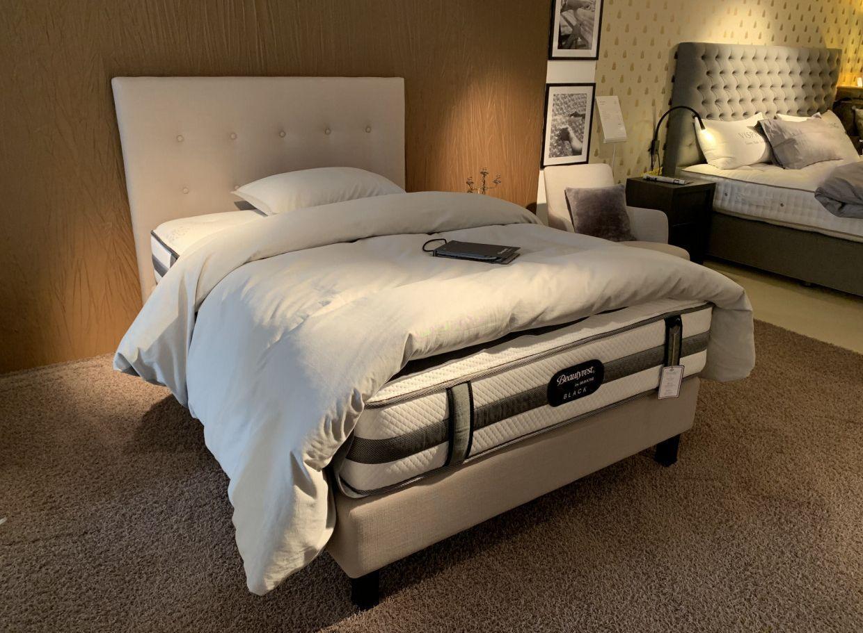 Der Schlafkomfort Ist In Einem Boxspringbett Besonders Hoch Eine Fest Verbaute Untermatratze Bildet Die Basis Auf In 2020 Mobeldesign Innenarchitektur Design Ideen