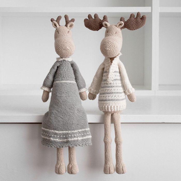Hr & Fru Moose er årets julefigur 2019 hos Krea Deluxe. Deer også rigtig gode krammebamser til børn, og pynter flot som dekorativt julepynt, der kan tages frem hvert år, som en fast tradition. Det flotte par er hæklet ud fra den samme opskrift, men har forskelligt tøj og gevir.Hr og Fru Moose er hæklet i Organic Cotton, mens tøjet er hæklet i Organic Wool 1.Se mere info under #hækletjul