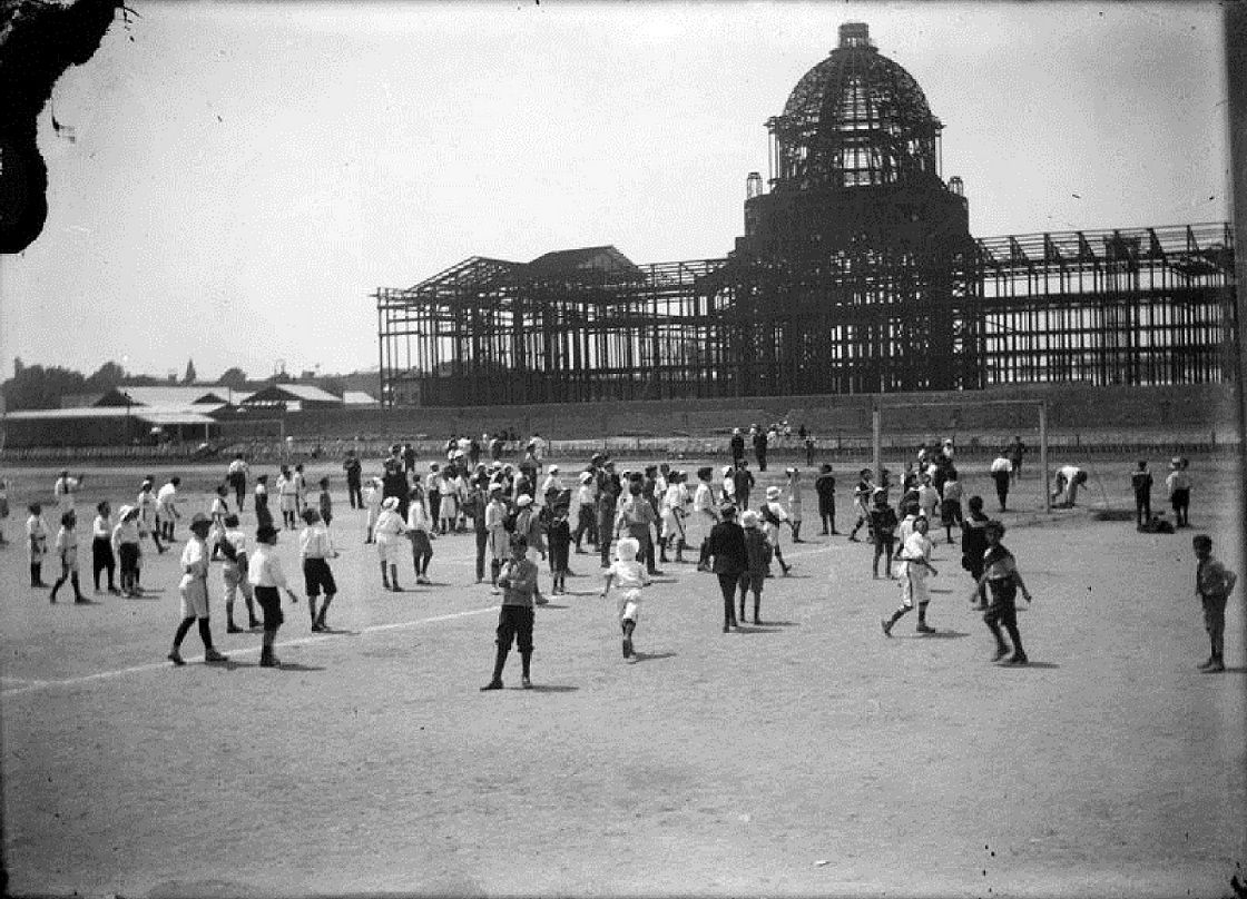En cualquier terreno siempre es bueno para echarse una cascarita, como la muestra esta imagen de 1911, en donde niños juegan fútbol, al pie de lo que iba a hacer el edificio de la sede de el palacio legislativo y actualmente es el monumento a la revolución Mexicana