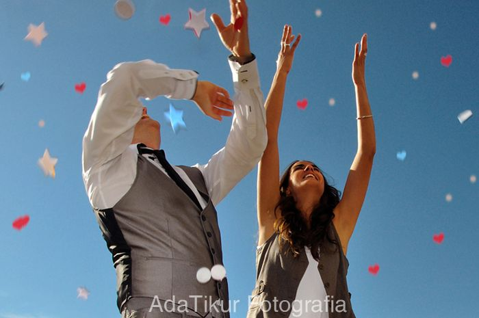 Bodas AdaTikur Fotografia (adatikur.com). Preboda grunge. Confeti de colores.