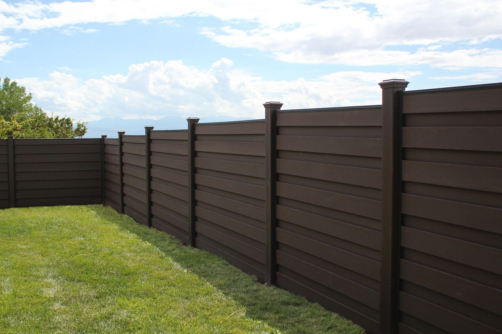 Trex Horizons In Woodland Brown Horizontal Fencing Stepping Down A Gradual Slope In The Yard Fence Design Horizontal Fence Building A Fence