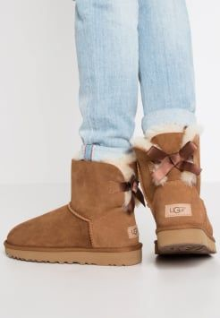 f5a5eca9f88 UGG - MINI BAILEY BOW II - Boots - chestnut | Style in 2019 | Ugg ...