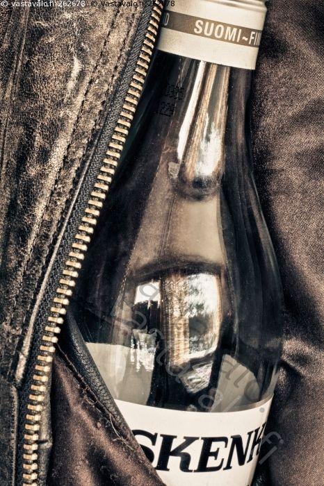 Viinapullo - viinapullo kossu kossupullo salapullo viina väkijuoma alkoholi juominen Koskenkorva