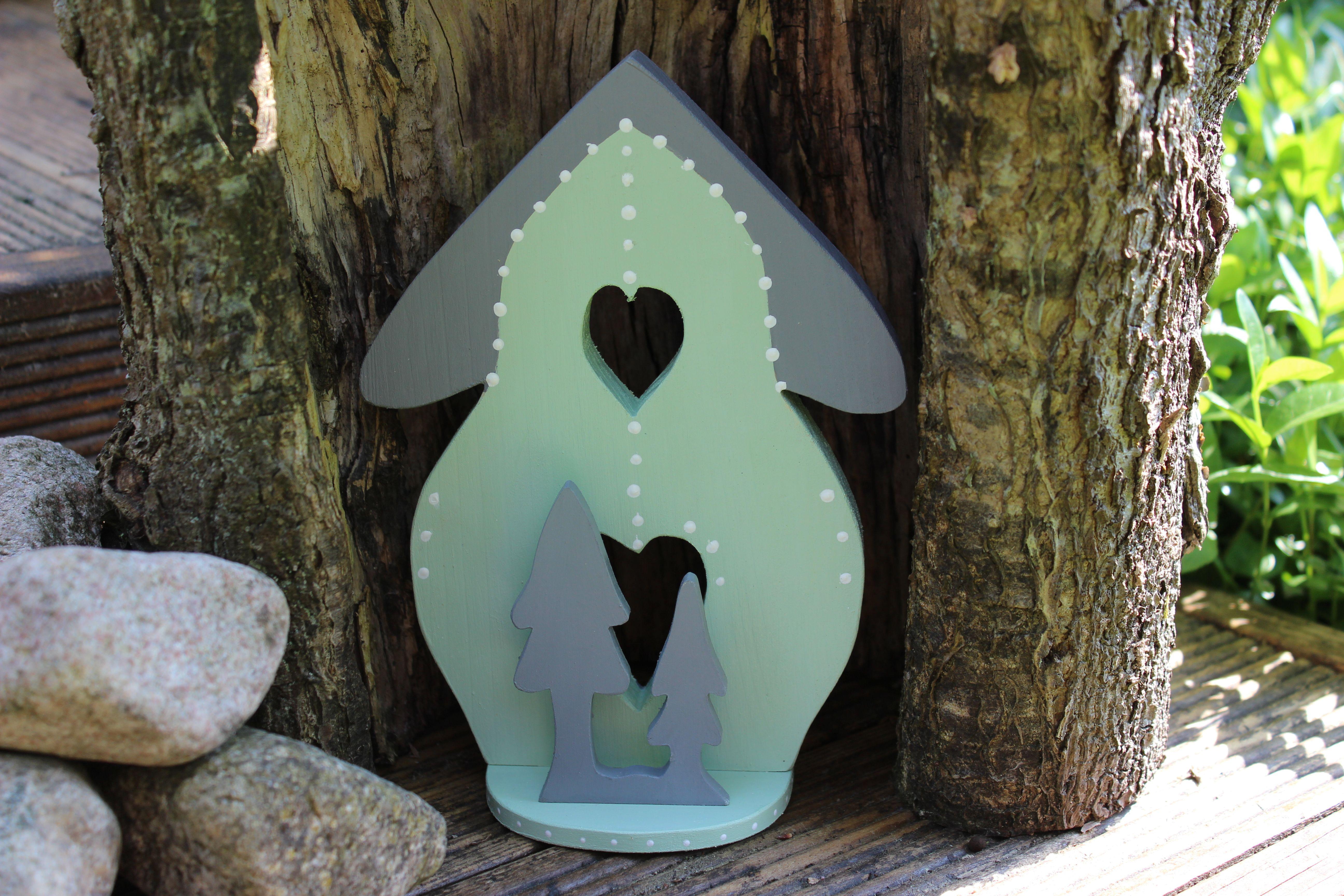 Ett sött litet skogshus i grönt till barnrummet
