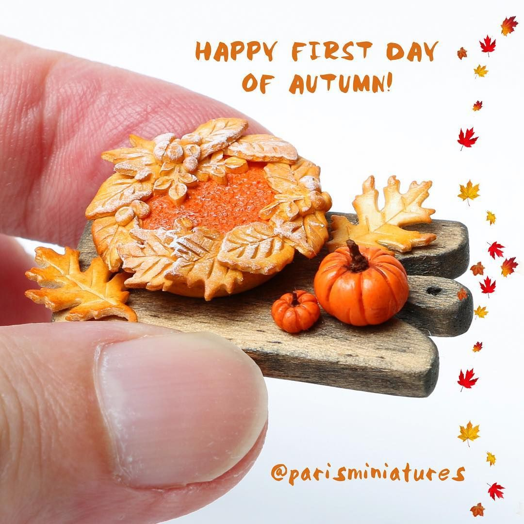 It's autumn! (C'est l'automne!) Or is it fall? In the Southern Hemisphere (hello down there!) it's spring. But as we're in the north, we're going with miniature pumpkin pie! 🎃 www.parisminiatures.etsy.com