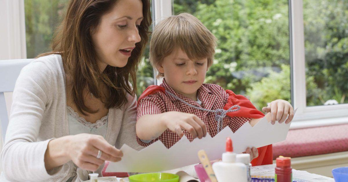 Cómo hacer pegamento con maicena y vinagre. Haz tu propio pegamento con una mezcla de maicena, vinagre y otros ingredientes fáciles de encontrar. Este pegamento no-tóxico es seguro para niños, quienes incluso pueden ayudarte a prepararlo. Sin embargo, debido a que necesita agua hirviendo, los niños pequeños necesitarán de la ayuda de un adulto para completar la recera. Utiliza tu pegamento ...