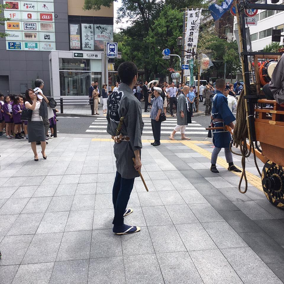 山王祭の一コマ  江戸っ子イケメンの右手に持っているものは笛ですね。笛吹いている時に写真撮りたかったんですが、ちょうど終わった時に写真を収めてしまいました。やっぱり日本人男性は着物が似合いますね~(*´∀`*) 後ろ姿だけでもかっこいいって、なんて素敵なんでしょう~ by乙女な編集者