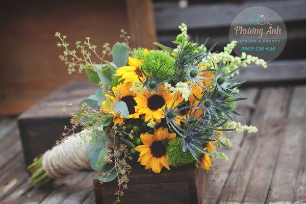 Bó hoa Hướng dương cầm tay cô dâu | Hoa cưới cô dâu, Cô ...