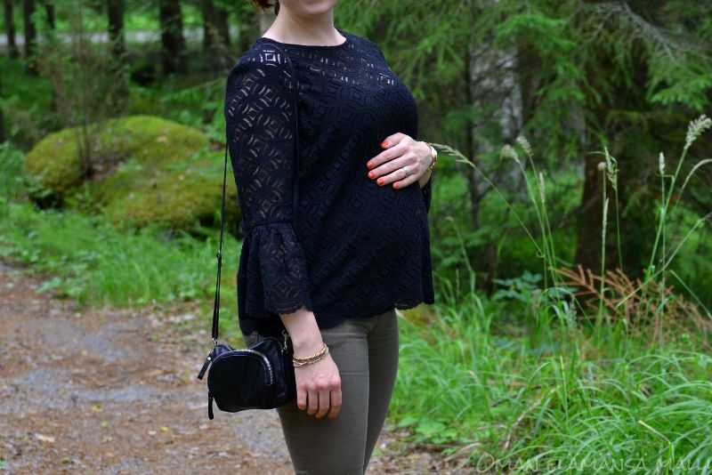 #maternitystyle #pregnancy #dressyourbump #streetstyle #blacklace