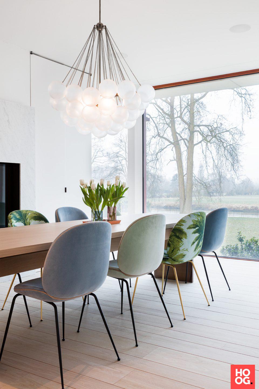 tafel met stoelen met lamp | eetkamer design | dining room | dining ...