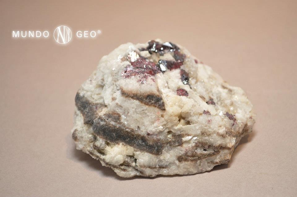 """Su nombre puede que sea originario de la India, donde era empleado para designar una resina roja la denominada """"sangre de dragón"""".  Dado que el mercurio es muy raro en estado puro, el CINABRIO es sin duda la más importante mena de ese mineral; fundamental para la fabricación de elementos de precisión (por ej. termómetros o barómetros) y como amalgamas.  Es un sulfuro de mercurio (por tanto contiene este metal y azufre. Cristaliza en el sistema trigonal y raras veces en individuos aislados."""