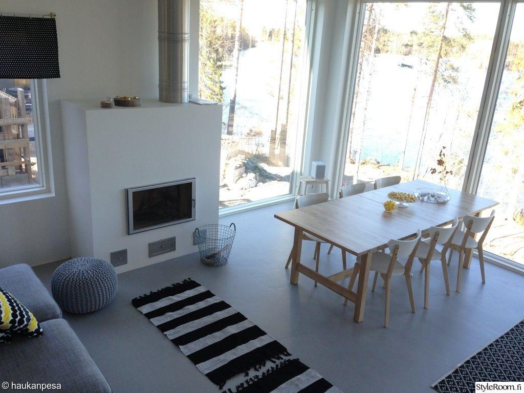 ruokapöytä valkoisilla tuoleilla
