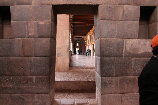 Muro inca en el interior del Convento Santo Domingo.Aquí podemos apreciar la arquitectura superpuesta del Convento de Santo Domingo sobre el anterior templo, El Coricancha,  y el contraste entre el estilo barroco de la construcción