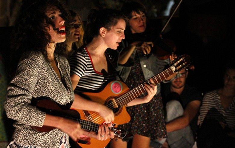 Las Taradas, una orquesta exclusiva de mujeres, tocó por primera vez en Montevideo donde presentó un repertorio acústico y canciones de las décadas de 1940 y 1950. http://www.elobservador.com.uy/noticia/303701/las-chicas-solo-quieren-divertirse/#