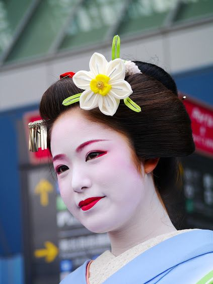 Beautiful maiko Kimihiro in March 2014 by Biwa Mori on Google+ She used a big daffodil kanzashi for March. That seems to be a trend this year.