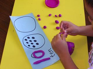 Kindergarten activity where students practice counting and building numbers using play dough. #crafts #numbers #kindergarten