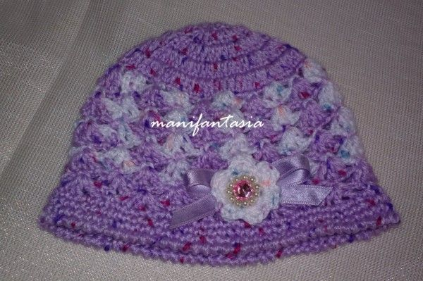 vestitino scarpine e cappellino uncinetto per una piccola ... cbeaacc9b898
