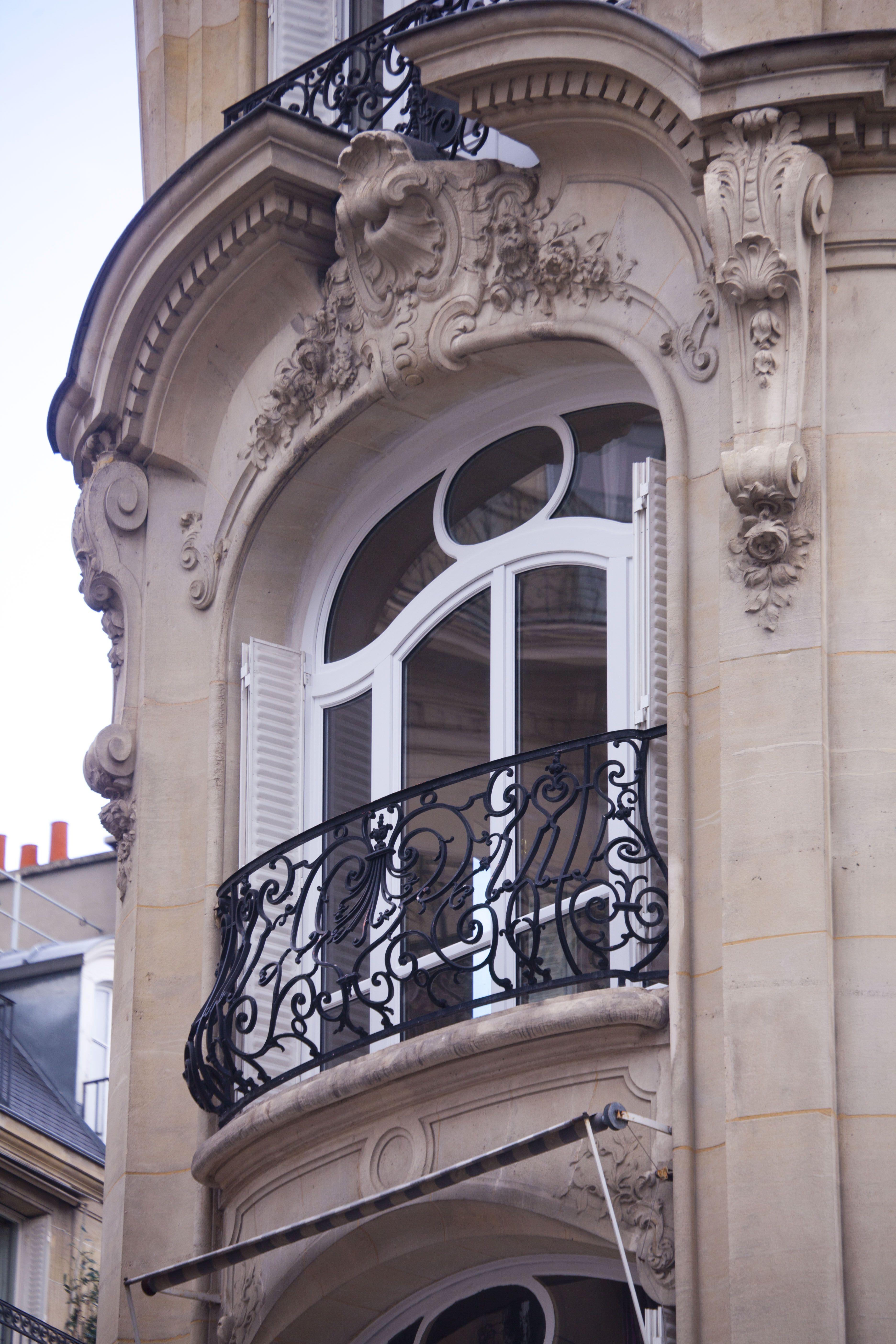 Jolie Realisation Sur Mesure Pour Cet Appartement Haussmannien Fenetre En Bois En Finition Peinture Blanche Atulam Fenetre En Bois Haussmannien Maison