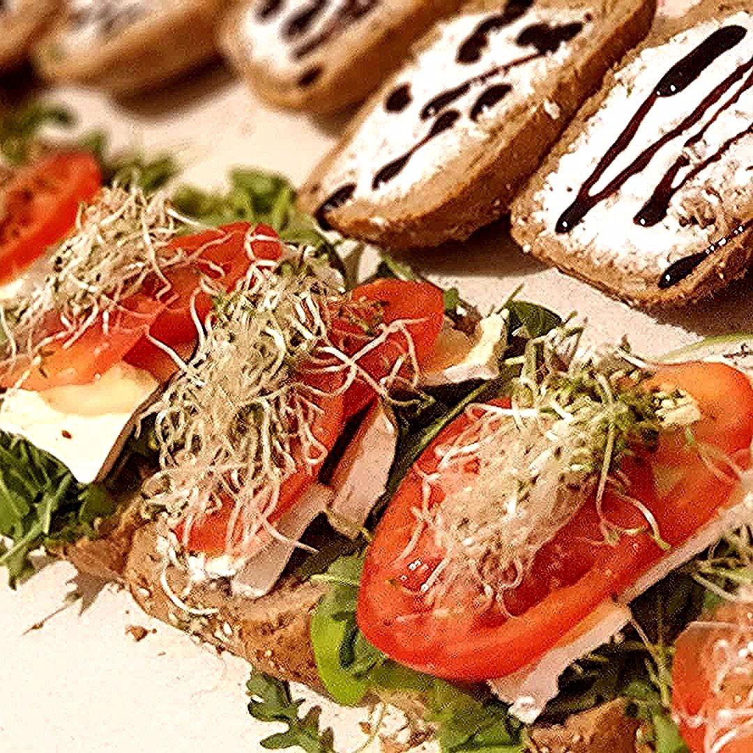 Smaczności w środę!! ;-) #panlancz #kanapki #breakfast #sniadanie #kanapkilove #fit #sandwich #kanapkizserem #kanapkizjajkiem #pomidor #kanapkiwiosenne #happyeaster #instafood #nadodrze #ready #healthyfood #sandwiches #healthy #zdrowejedzenie #kolacja #kanapka #jajka #areyouready #zdrowo #goodmorning #zdrowesniadanie #jajko #spring #frühstück #ogórek