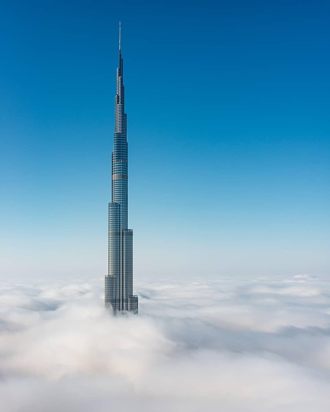السحاب يغط4 ي برج خليفة The Clouds Cover Burj Khalifa Uae Uaevoice Burjkhalifa Burj Khalifa House Design Landmarks