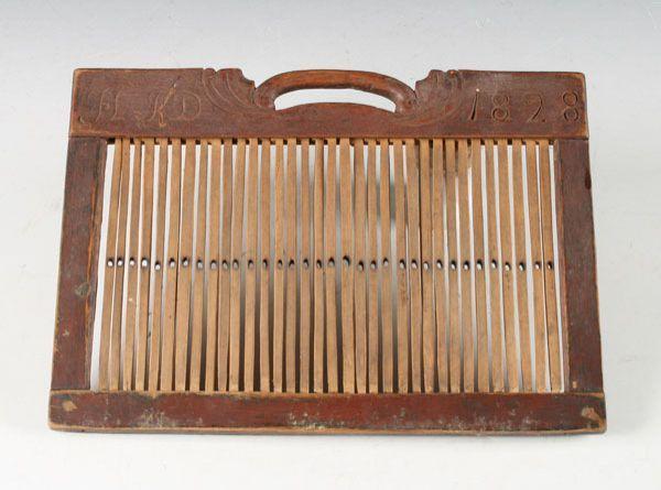 Malt og utskåret båndvev med eierinitialer og dat. 1828. Prisantydning: ( 500 - 600) Solgt for: 800