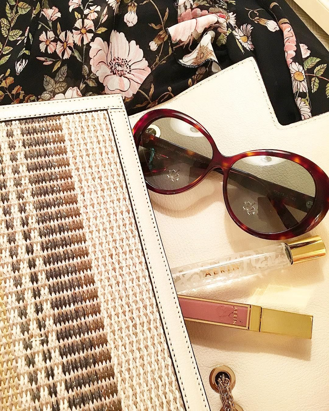 1 278 Aprecieri 7 Comentarii Aerin Pe Instagram Happy Monday Nyc Chic With Berenford World Jacki Jackie O Style Fashion Sunglasses Rollerball Fragrance