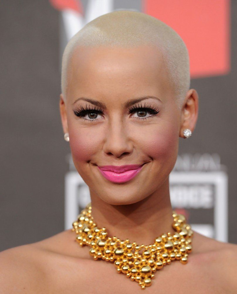 Not a lot of women could pull off a blonde buzz cut as beautifully as Amber Rose!