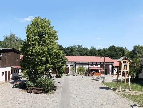 Kinderbauernhöfe in 2020 Outdoordekorationen, Berlin