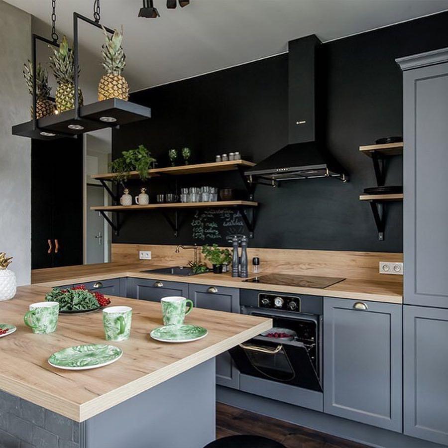 Szara Kuchnia Z Mosieznymi Uchwytami I Agd W Stylu Retro Zamiast Szafek Umieszczono Polki A S Kitchen Decor Modern Kitchen Wall Design Kitchen Design Small