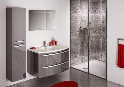 Une salle de bains simple et moderne avec la finition laquée des ...