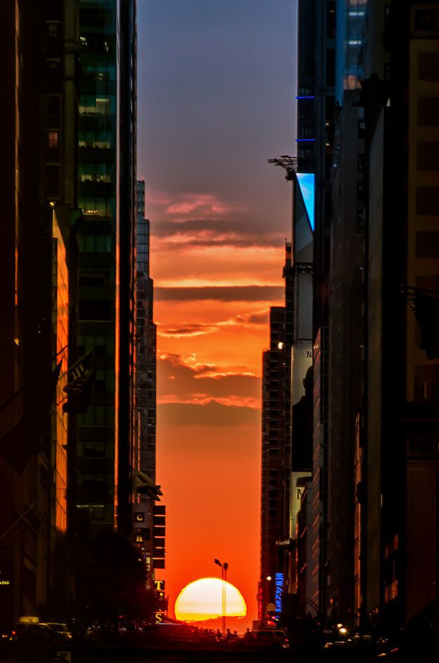 Manhattanhenge: the one and ONLY time it's acceptable for everyone in NYC to stop in the middle of the street.   The 22 Best Things About Living In New York City During The Summer