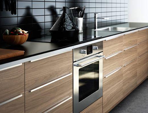 Modernt IKEA kök i träfinish med mörka bänkskivor  New
