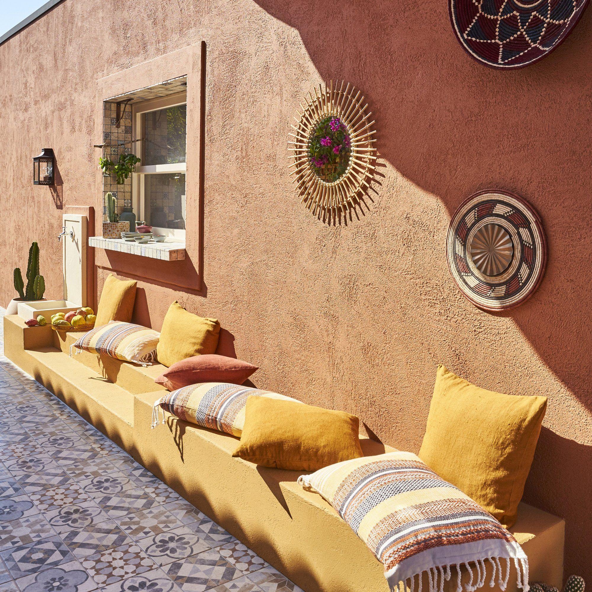 Couleur tendance sur les murs de votre terrasse ou de votre jardin