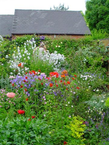 english garden foundation plants an english cottage garden in rh ar pinterest com