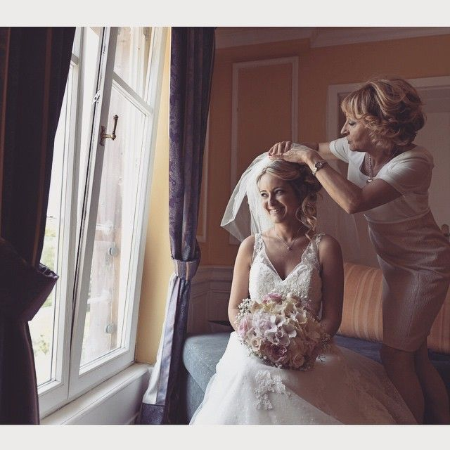 A beautiful moment between the bride and her mom !  #mariage #mariee #voiledelamariee #mariageenalsace #preparationdelamariee #beautifulmoment #gregorykauffmannphotography #photographealsace #photographedemariage