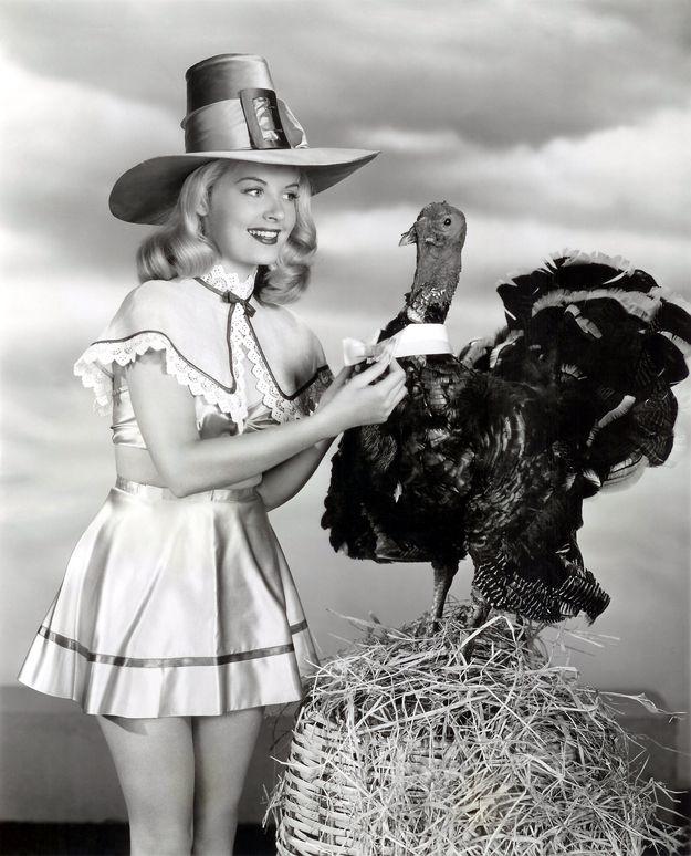 Tacchini e pin-up, le più surreali pubblicità per il Giorno del Ringraziamento