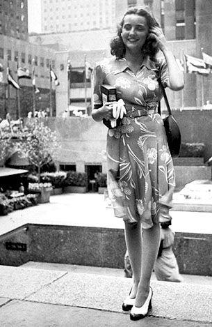 Moda 1940 · 1940s street style in New York found photo vintage fashion  summer dress floral island belt wrap ea309985a0c