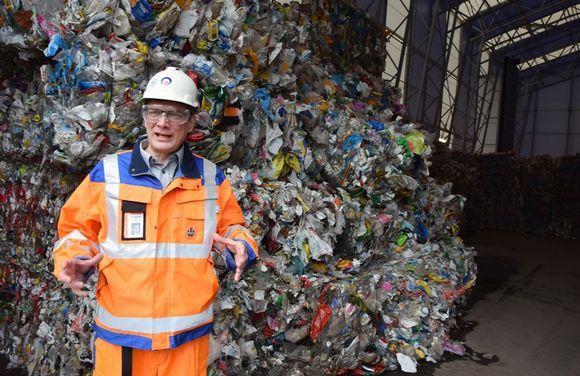 Projektijohtaja Petri Onnikki esitteli maanantaina Ekokemin Kiertotalouskylää Riihimäellä. Tässä ollaan Muovijalostamolla. Kuva: Tiina Kokko / Yle 2016